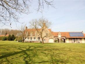 Achter deze villa schuilt er een prachtig domein met vijver.Indeling: Landhuis met verschillende mogelijkheden waaronder het uitbaten van een B&B