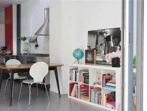 Frisse woning met veel invallend licht en ruimteIndeling:U komt de woning binnen via de inkomhal met apart gastentoilet en douche. Aansluitend bevindt