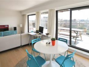 Indeling:Het appartement bevindt zich op de vijfde verdieping en is eenvoudig te bereiken met de lift. Je stapt binnen in de open leefruimte waar woon