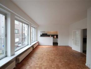 Indeling:Dit appartement is gelegen op de 2de verdieping en is bereikbaar met de trap.De inkomhal geeft toegang tot de verschillende plaatsen in het a