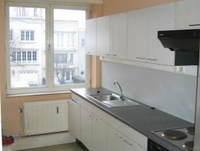 Appartement op de 1ste verdieping in een gebouw zonder lift. inkomhal, ingerichte badkamer en keuken, berging, 1 slaapkamer, terras. 125 Euro provisio
