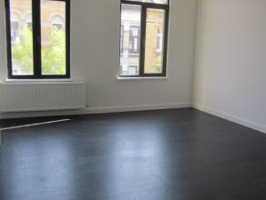 Appartement op de 1ste verdieping in een gebouw zonder lift. woonkamer, ingerichte badkamer en keuken, 1 slaapkamer. provisie: 30€ maandelijkse kosten
