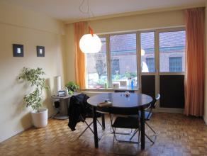 Ruim appartement op de 1ste verdieping in een gebouw met lift. Inkomhal, woonkamer, ingerichte keuken en badkamer, 1 slaapkamer, berging, terras. Maan