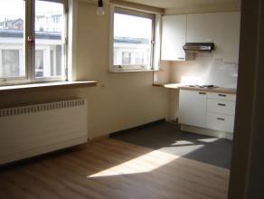 Licht appartement op de 3de verdieping in een gebouw zonder lift. ingerichte badkamer en keuken, woonkamer, 1 slaapkamer. Provisie € 30 maandelijkse k