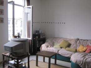 Appartement op de 2de verdieping in een gebouw zonder lift. inkomhal, ingerichte keuken en badkamer, 1 slaapkamer , woonkamer, 125 € maandlijkse provi