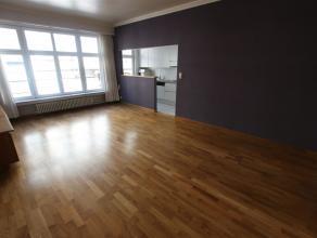 Gezellig appartement volledig op originele houten vloer met een living van ca 25 m², een ruime slaapkamer en een tweede kamer die kan dienst doen