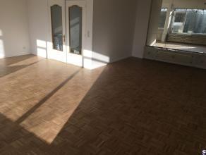 Een volledig gerenoveerd appartement met 2 ruime slaapkamers van ca 12 en 16 m² gelegen op de 6e verdieping rechts met zicht op het stadspark. Om