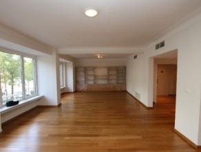 Centraal gelegen appartement vlakbij het Stadspark en openbaar vervoer. Ingedeeld als volgt: Inkomhal, vestiaire kast, ruime living op parket met veel
