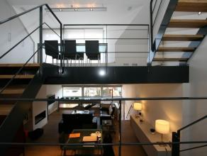 Modern uniek gerenoveerde woning in een rustige en groene omgeving. De woning werd in 2005 van kelder tot dak volledig herontworpen door architect Ceu
