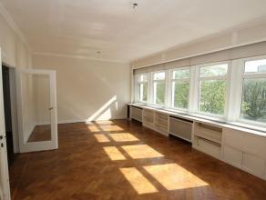 Heel ruim en licht duplex appartement met 75 m² aan dakterras, ingedeeld als volgt: 3e verdieping: Inkomhal, living/eetkamer op visgraat parket,