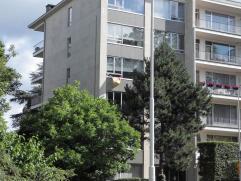 Centraal gelegen appartement in klein gebouw met 3 slaapkamers en een betegeld terras (4,5x2m) aan de achterkant.  De ruime lichte living (4,5x8m) op