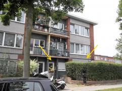 Gelijkvloers appartement met 3 slaapkamers en L-vormige privatieve tuin.  Via de hal (1,9x2,80m) komt u in de rechte living (5x5,55m) waar een nieuwe
