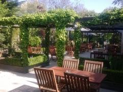 Bistro ideaal voor jong koppel gelegen in het centrum van Mortsel met 60 zitplaatsen binnen en 50 buiten in de prachtige tuin.  Ruime parking aanwezi