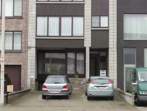 Appartement met 2 slaapkamers en autostaanplaats.  Het appartement is gelegen op een tweede verdieping en heeft volgende indeling: een rechte living
