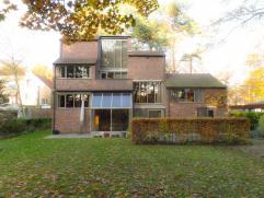 Sublieme vrijstaande woning (1974) met architectuur van architect Lou Janssen in een groene zone met respect voor de natuur. Bij het bouwen van deze w