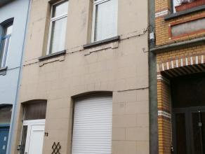 Huis onderverdeeld in 2 appartementen ideaal als tweewoonst.  Het gelijkvloers bestaat uit 2 dooreenlopende plaatsen (7,85x3,30m) die beide voorzien