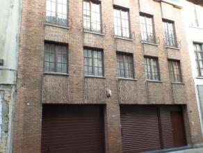 EXCLUSIEVE woning (BETONCONSTRUCTIE 2003 - 391m² benutbare opp.) gebouwd met uitzonderlijke materialen die zeker een kijkje waard is.  Op het g