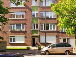 Zeer goed gelegen appartement met 3 slaapkamers EN terras.  Het appartement is bereikbaar via de lift. Eens aangekomen treffen we de lange smalle in