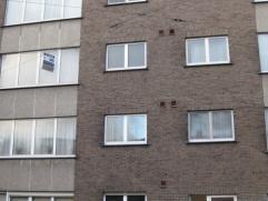 Appartement 1°verdieping links + autostaanplaats. Hall-living 33,5m²-keuken met kasten en dampkap-berging/wasplaats-2 slaapkamers 17,5m²