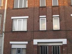 Gerenoveerd appartement 2° verdieping. Living met sierschouw 16m²-dressing/bureau 8,4m²-keuken met kasten,dampkap en gasvuur-badkamer me