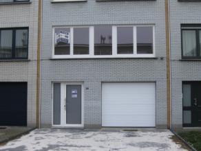Gerenoveerde woning met tuin en garage. Ruime hall met vestiaire-living 40m²-3 slaapkamers 16m²,16m² en 6m²-keuken met kasten,damp