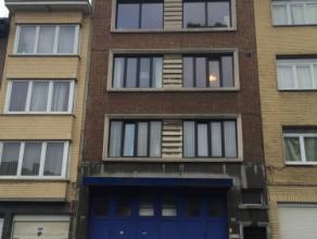 Gerenoveerd 2 slaapkamer appartement. INDELING: Leefruimte op laminaat 30m2. Ingerichte keuken voorzien van kastenwand, een 4 pits kookplaat, dampkap,