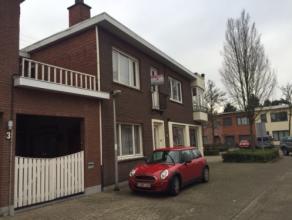 Duplex appartement met terras en garage nabij het centrum. Indeling: op het gelijkvloers vindt men de leefruimte (25m²), keuken (9,5m²) voor