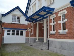 Prachtig gerenoveerd appartement met privatieve inkomhal! Indeling: Inkomhal op parket, leefruimte op parket met half open ingerichte keuken (vaatwass