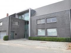 Ultramoderne woning in loft stijl. Deze strakke woning typeert hem door zijn grote openheid en optimale gebruik van de gehele bouwoppervlakte ( 500m&s