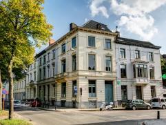 Deze mooie herenwoning is gelegen aan de coupure,  één van de beste locaties van Gent. Dit ruime hoekpand met 358 m² bewoonbare opp