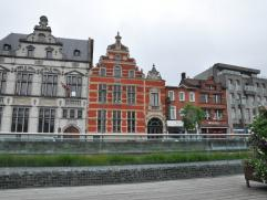 Stijlvol, authentiek, geklasseerd monument genaamd ' landhuis' dat gelegen is op toplocatie op de Grote Markt en biedt tal van mogelijkheden. Gebouwd