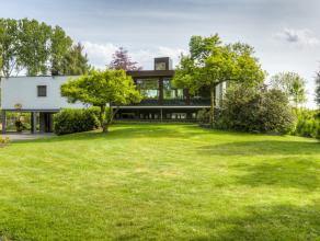 Deze recent gerenoveerde villa heeft een bewoonbare oppervlakte van 400 m². Een absolute troef zijn de immense raampartijen welke het gevoel van