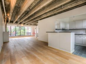 Dit duplex appartement in het centrum heeft een grondige renovatie ondergaan. Het appartement heeft een zeer moderne frisse look en is stijlvol afgewe