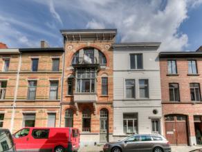 Deze prachtig gerenoveerde Art-nouveau Herenwoning is een ware parel. In 2015 werd de woning, met bewoonbare oppervlakte van ca. 270 m², integraa