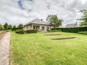 Charmante villa op een riant perceel van 3400m². De woning werd steeds zeer goed onderhouden en telt drie zeer ruime slaapkamers waarvan é