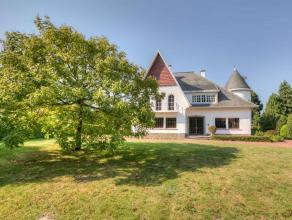 Deze ruime villa gelegen aan het prachtige kasteel 'Ter Beken' straalt heel veel karakter uit. De villa uit 1957 werd gebouwd op een perceel van 2010