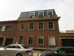 Zeer goed gelegen appartement en volledig gerenoveerd op de 1ste verdieping met terras in een klein gebouw. 2 slaapkamers, volledig ingerichte keuken