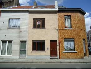 Instapklare woning met twee slaapkamers op een terrein van +/- 100m2. Indeling: Inkomhal, woonkamer met aanpalend een volledig geïnstalleerde ope