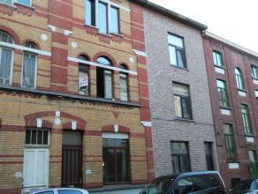 Gesloten bebouwing met statige gevel gelegen op slechts 5 minuten van Gent-centrum.Indeling: Inkomhal, woonkamer met toegang tot terras, geïnstal
