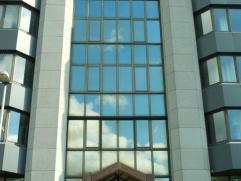 Modern kantoorgebouw, gesitueerd aan de binnensingel, met uitstekende zichtbaarheid. Gerenoveerd in 2006. Algemene lasten: 33euro/m2 - Onroerende voor