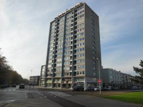 Ruim, vernieuwd, appartement (110 m²) gelegen op de 3de verdieping van het gebouw met open uitzicht! Indeling: inkomhal (10 m²) op tegel; wo