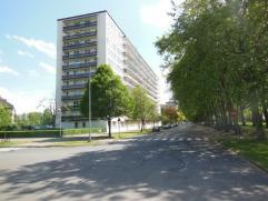Appartement (85 m²) met veel lichtinval en zonnig terras! Gelegen op de 4de verdieping van het gebouw! Indeling als volgt: inkomhal met ingemaakt