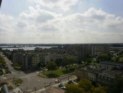 VOLLEDIG GERENOVEERD Appartement (80 m²) gelegen op de 11de verdieping van het gebouw met open uitzicht! Het appartement bestaat uit: inkomhal; w