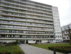 Goed onderhouden appartement (88 m²) gelegen op de 1ste verdieping van een residentieel gebouw mét lift! Omvattende: inkomhal op parket en
