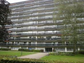 Vernieuwd appartement (98 m²) gelegen op de 2de verdieping van een residentieel gebouw! Het appartement bestaat uit: inkomhal met ingemaakte vest