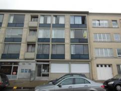 Degelijk appartement gelegen op de 2de verdieping van het appartementsgebouw met lift! Indeling: inkomhal met ingemaakte vestiaire en apart toilet; wo