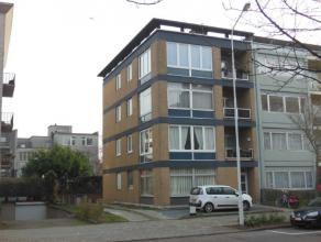 VERNIEUWD hoekappartement (90 m²) gelegen op de 3de verdieping van een kleinschalig gebouw met lift! Indeling: inkomhal op tegel; ruime woonkamer