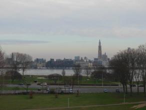 CENTRAAL gelegen appartement (75 m²) met prachtig zicht over Stad Antwerpen & Schelde! Het appartement bevindt zich op de 5de verdieping van