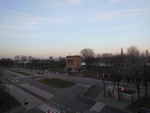 Ruim en gunstig gelegen appartement (115 m²) op de 4de verdieping van het gebouw met mooi open uitzicht! Indeling als volgt: inkomhal (16 m²