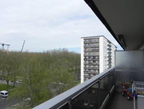 Zeer rustig gelegen appartement op de 6de verdieping van een residentieel  gebouw! Indeling als volgt: inkomhal met ingemaakte vestiaire; woonkamer (3